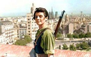 Version en couleur de la célèbre photo de Maria Ginesta sur le toit de l'hotel Colon, Placa de Catalunya, 21 juillet 1936; Ginesta était journaliste, servait d'interprète à Mikhail Koltsov de la Pravda.