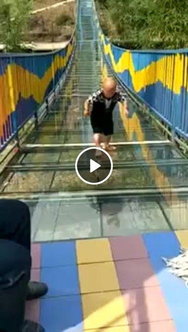 Homem pequeno em uma ponte de vidro