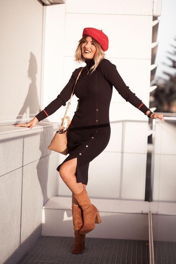 Como transformar o look com acessórios coloridos - #GuitaModa. Boina vermelha, vestido preto com botões, bota de camurça camelo