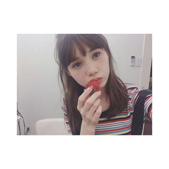 イチゴを口元に当てるマーシュ彩