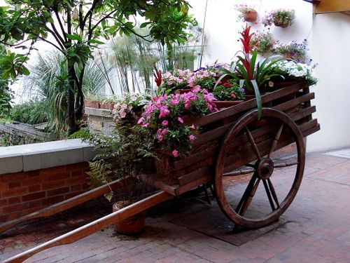 Carreta con flores by yayits via flickr macetas for Carreta de madera para jardin