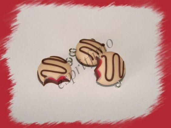 """Breloque """" biscuit fourré fraise """" en fimo : Cuisine, gourmand par espritfimo"""