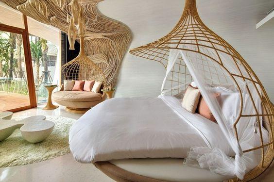 déco intérieur exotique dans la chambre à coucher avec un lit rond et un lit de jour en rotin