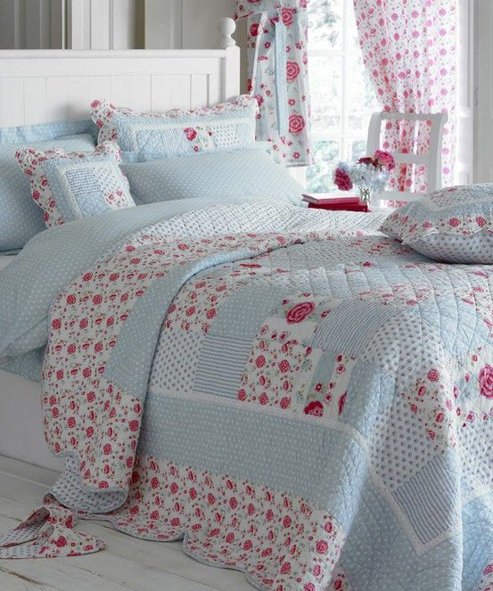 patchwork quilt. Love colors and pattern Very nice. You don't usually see a quilt that goes to the floor.                                                                                                                                                      Más