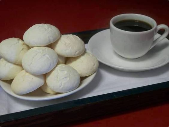 Ingredientes  1/2 kg de maizena 1 xicara de chá de açúcar 2 colheres de sopa de margarina 1 ovo 1 pitadinha de sal 1 vidro de leite de coco 200 ml 1 colher de sobremesa de