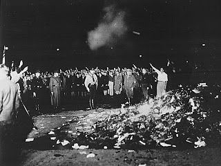 """""""Fahrenheit 451: una obra mal comprendida""""  POR Amy E. Boyle Johnston  En 1953, Ray Bradbury publicó Fahrenheit 451. Desde entonces su temor era que la televisión destruyera el interés por la lectura. La hipótesis ha sido comprobada. """"Nos hemos convertido en gente lectora de historias cortas, o peor que eso: en gente de lecturas rápidas"""", aduce el escritor"""