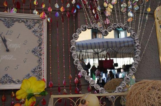 La Crocetta: bancarelle, pasticcini e viali pedonali. In Via Marco Polo troverete un carinissimo negozietto di oggettistica colorata e insolita: specchi, vecchie insegne, orologi, soprammobili improbabili e lustrini ovunque… e ancora borse hippie, cuscini a forma di gatto, simpatiche buste per la spesa e bigiotteria varia. Insomma tutte quelle cose inutili di cui abbiamo un terribile bisogno.