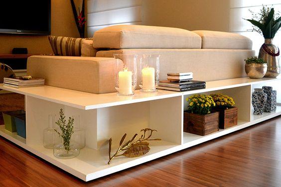 Caixas para organizar colocadas na volta do sofá ou na beira da cama.: