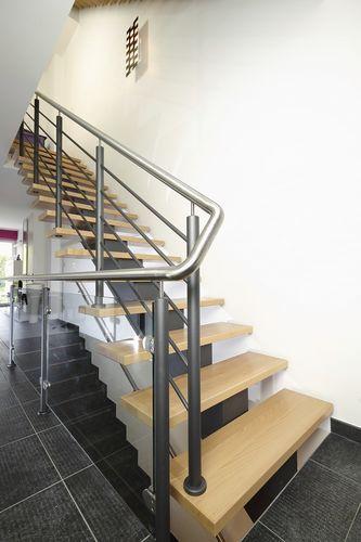 Escalera recta con zanca central estructura met lica y - Peldanos de escaleras ...