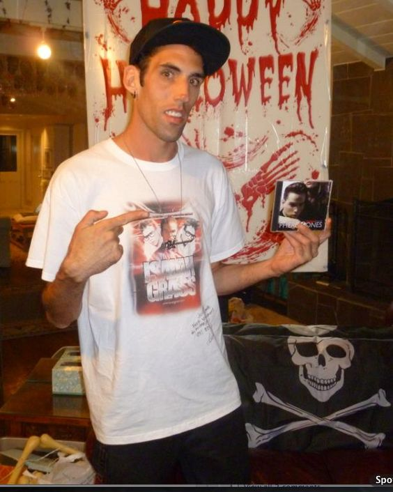 A fan of Isaiah's wearing his Live Performance Tshirt http://shop.isaiahgrass.com/V-Neck-T-Shirt-featuring-Isaiahs-Latest-performance-graph-SH092212-MEN.htm