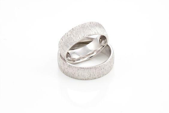 Besoderer Blickfang durch Struktur der Oberfläche aus dem trauringwerk.com #wedding #ring #gold #goldsmith #handmade #vaihingenenz #goldschmied #handarbeit