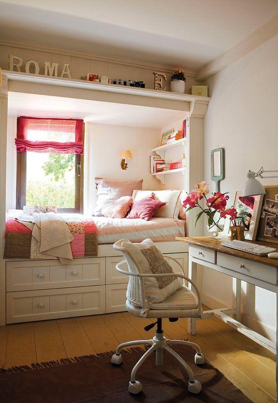 Más que una cama  Todo en blanco, reduce la presencia de la cama y las baldas, que con 25cm de fondo, mantienen los libros cerca de la cama....