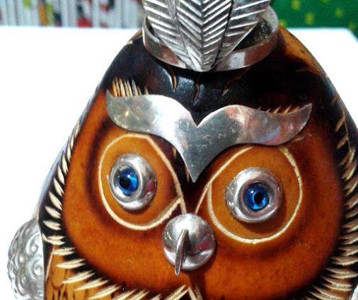 Mates burilados artesanales búho Inca con aplicación en plata de exportación en Lima, el más representativo arte de Huancayo estos mates de calabaza tallados y pintados a mano constituyen un gran soporte y producción artesanal para la elaboración de historias en imágenes de lugares turísticos, creando hermosos búhos, pájaros y cofres. Tallan las calabazas con un buril sin dibujo previo haciéndolo con una maestría única.. https://www.facebook.com/kuzkaArtisans