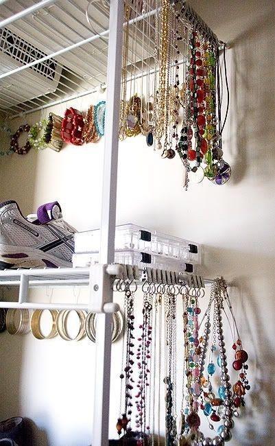 Utilisez les crochets à rideaux Riktig pour bien séparer vos bijoux. | 34 manières intelligentes d'organiser sa vie entière avec IKEA