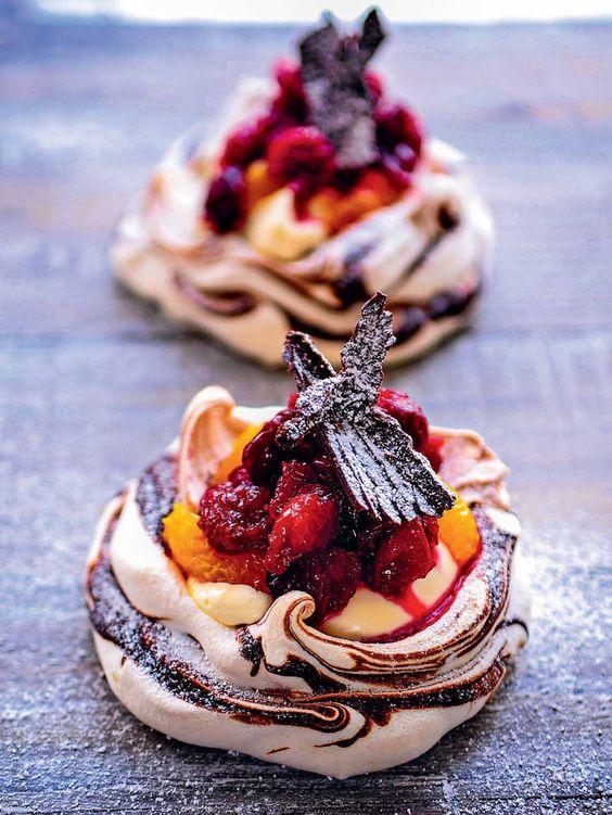 Mini pavlovas de arándano, naranja y chocolate. #foodandtravelmx #recetas