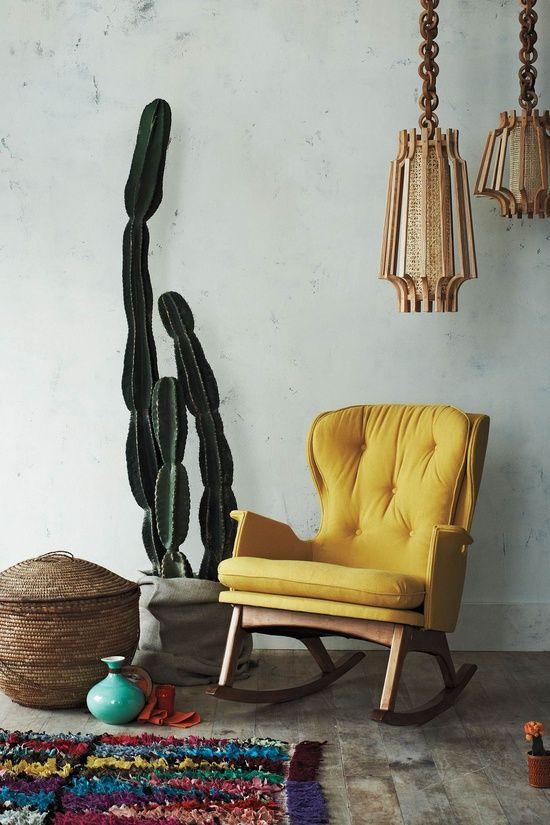 Fauteuil à bascule jaune, cactus, tapis. Association de couleurs.