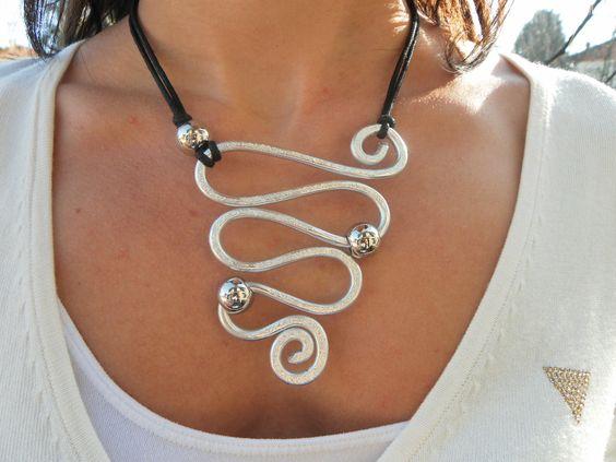 collana wire con motivo a  serpentone, realizzata con filo di alluminio 4mm martellato