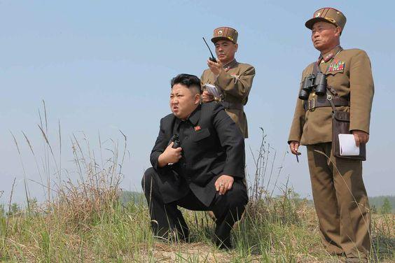 Am Ende ist Nordkoreas Staats- und Parteichef Kim Jong Un doch bereit seine Atomwaffen abzufeuern. Der Mann, der im Schatten seines Vaters steht, will sich selbst und der Welt beweisen, dass er ein ebenso harter und durchsetzungsfähiger Führer ist.