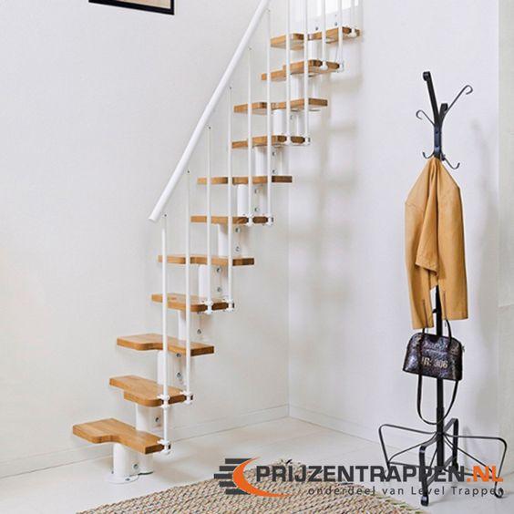 """De Oak 30 is een ruimte besparende trap met eiken houten traptreden. De Oak30 heeft een  """"afwisselend loopvlak"""" voor een maximale benutting van de ruimte, zonder afbreuk te doen aan de functionaliteit.  De horizontale baluster en reling is visueel uniek in vergelijking met de traditionele verticale baluster ontwerp van de meeste trappen. De trap kan gemakkelijk worden geïnstalleerd."""