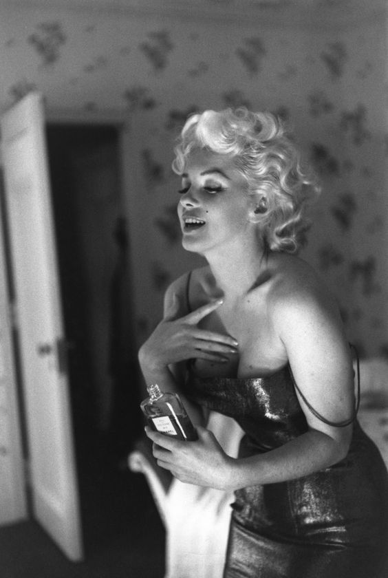 Marilyn dabbing on a bit of Chanel N°5.