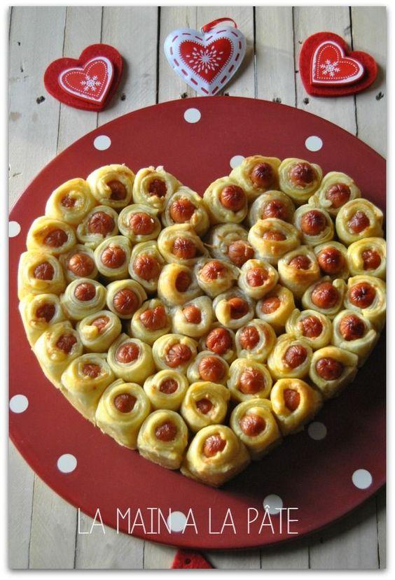 Petites saucisses feuilletées cuites dans un cercle en forme de coeur.