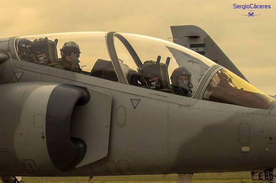 Piloto y copiloto de un IA-63 Pampa II