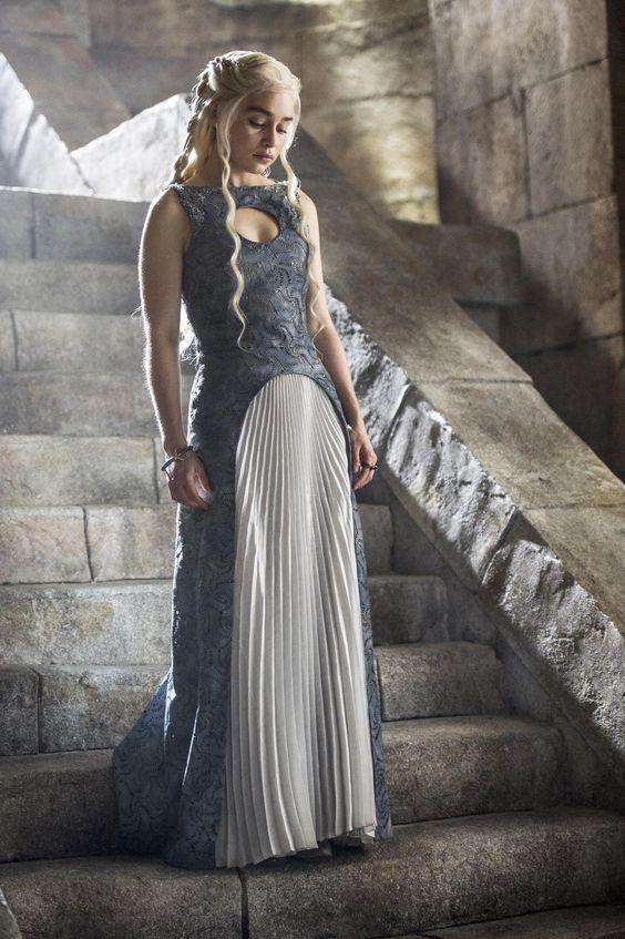 Game Of Thrones - TV Série - books (livros) - A Song of Ice and Fire (As Crônicas de Gelo e Fogo) - blond hair (cabelo loiro) - House Targaryen - family (família) - Daenerys Targaryen (Emilia Clarke) - Mother of Dragons (Mãe dos Dragões) - Mhysa - Queen (rainha) - Khaleesi - dress - vestido - blue - azul - white - branco