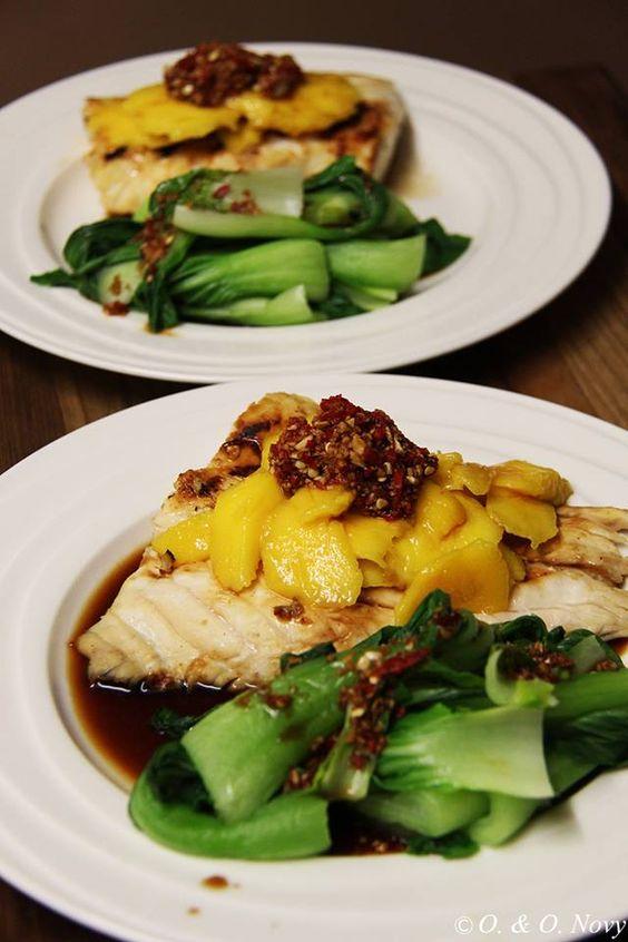 Red-Snapper-Filet mit frischer Mango, Chili-Knoblauchsosse und Pak Choy