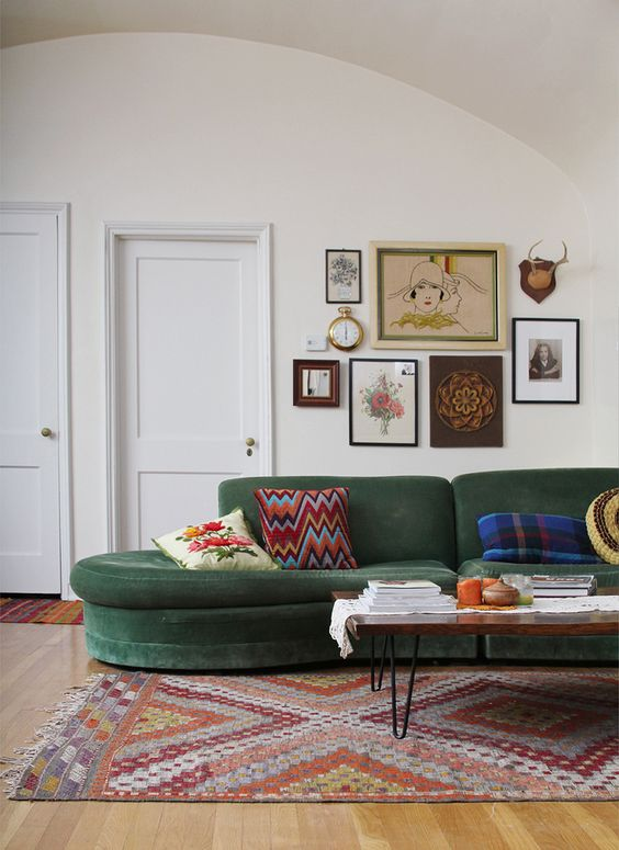 Wall art, green sofa, patterned rug. Quadres, sofà verd i catifa estampada: Green Sofa, Green Couches, Coffee Table, Velvet Sofa, Livingroom, Living Room, Gallery Wall, Vintage Couch, Green Velvet