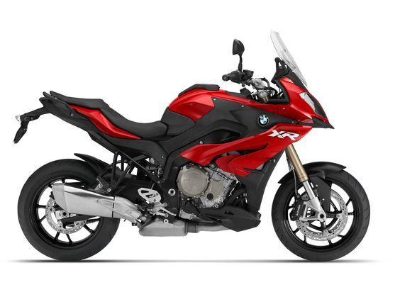 Adventure Sport es la manera como BMW la define. Es una moto que permite el uso diario, así como rodar en carreteras con un monstruo entre las piernas http://www.eltiempo.com/revista-motor/actualidad/lanzamientos/bmw-s1000-xr-pista-ruta-monstruo/23858#tiendadellantas #motos #carro #seguridad #prevención #diseño #innovación #tecnología #motor #rueda