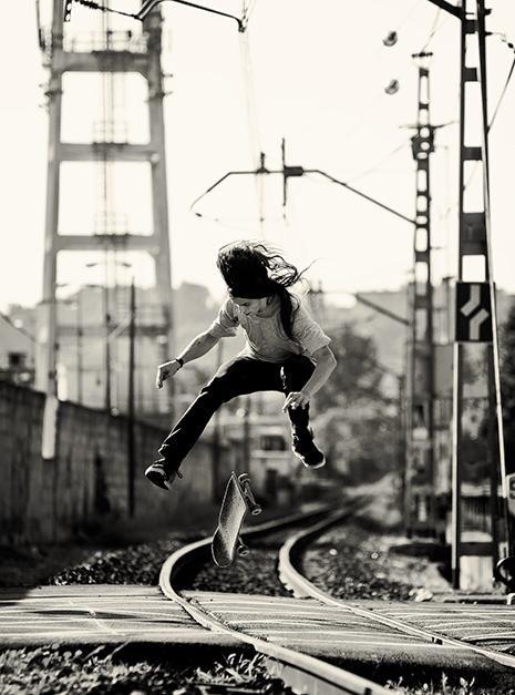 線路でスケートボードの技