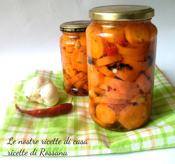1 KG di carote 300 ml di olio evo (io Dante) 300 ml di olio di arachidi (io Dante) 500 ml di aceto di vino bianco 500 ml di acqua origano qb aglio peperoncino sale fino pepe nero in grani