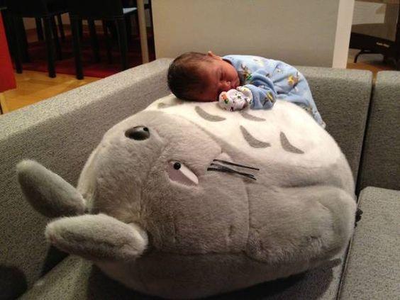 baby sleeping on giant totoro. chuuuu~