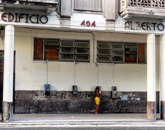 Teléfonos públicos en el Edificio Alberto #havana #habana #habanavieja #cuba #reina #oldbuilding #telephone #streetlife #loves_habana #ig_habana #loves_cuba #ig_cuba #total_cuba by mercecg64