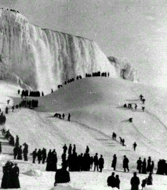 Niagra Falls frozen in 1911.