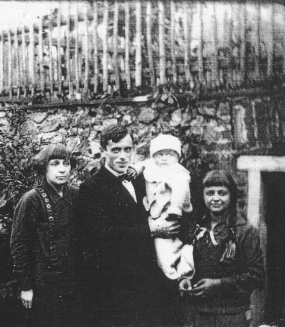 Marina Tsvetaeva with husband (Sergei Efron) and children (Georgij and Ariadna), Prague, 1925.
