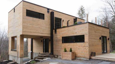 En partenariat avec l'agence Tremblay L'Écuyer Architectes, la jeune chef d'entreprise canadienne Claudie Dubreuil a conçu pour elle-même une maison   En savoir plus : http://www.gentside.com/insolite/cette-maison-a-ete-fabriquee-avec-des-conteneurs-maritimes_art73751.html Copyright © Gentside