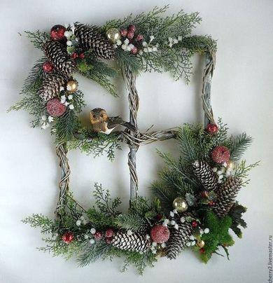 Необычное новогоднее украшение из веток ели, шишек и фигурок.