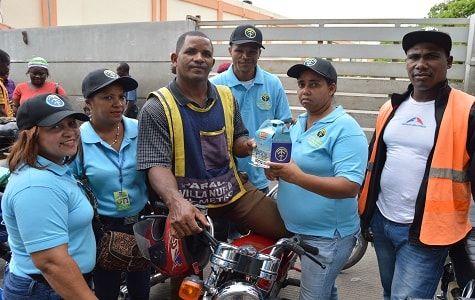 La OTTT entregó hoy cientos de botiquines a motoconchistas ubicados en paradas cercanas a terminales del transporte interurbano de pasajeros