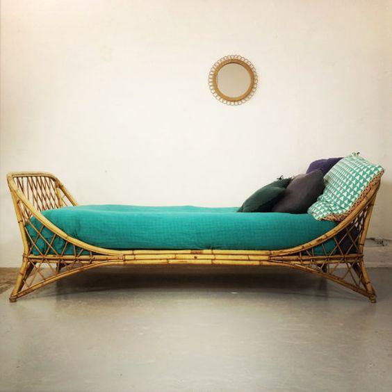 Ravissant lit corbeille en rotin des années 60. par LampAndCo