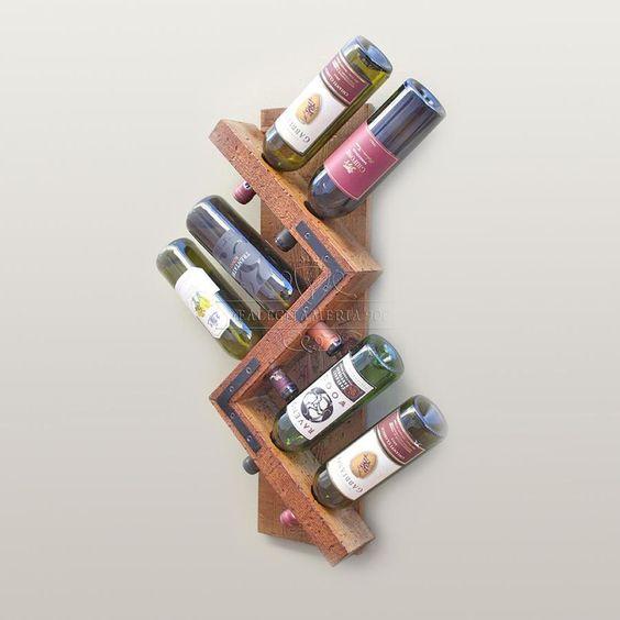 Mostra la tua collezione di vino in modo unico e originale. Questo portabottiglie da parete è realizzato a mano in legno massello. Facile da montare, in pochi minuti sarà pronto per accogliere le vostre migliori bottiglie di vino.