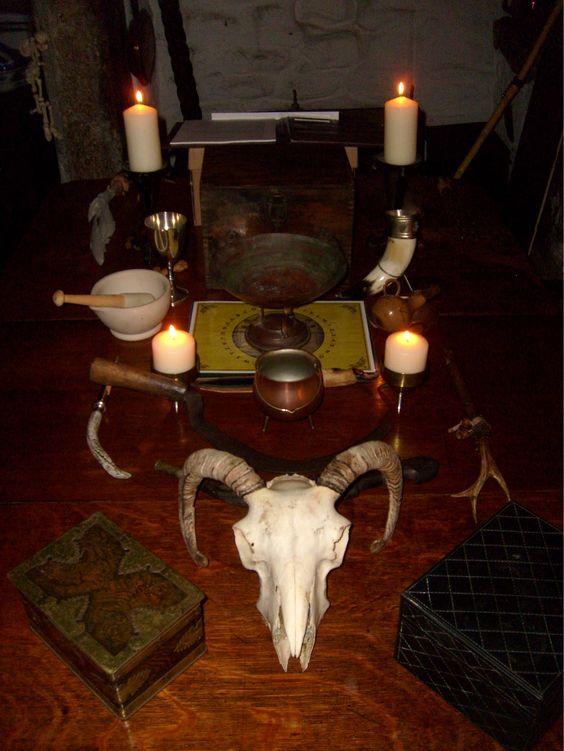 Altar pagano y herramientas de brujas