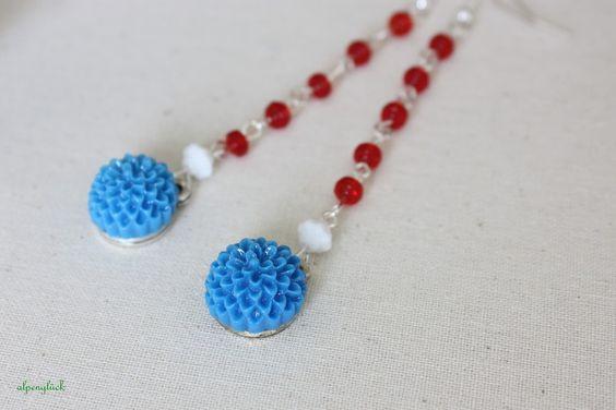 Blumige lange Ohrhänger     ♥ 5 kleine rote Perlen    ♥ 1 kleine weiße Perle    ♥ blaues Bumencabochon    ♥ entworfen und gefertigt von alpenglück