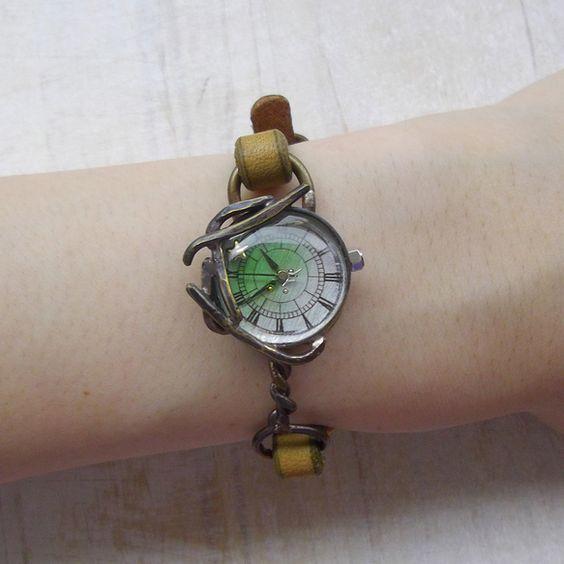 ケースにアンティーク加工を施した、シックな色合いの腕時計です。夜に見上げる木の枝のシルエットをイメージした装飾と、それに隠れるように埋め込まれた星が特徴です。... ハンドメイド、手作り、手仕事品の通販・販売・購入ならCreema。