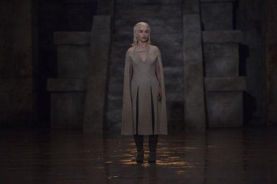 Game Of Thrones - TV Série - books (livros) - A Song of Ice and Fire (As Crônicas de Gelo e Fogo) - blond hair (cabelo loiro) - House Targaryen - family (família) - Daenerys Targaryen (Emilia Clarke) - Mother of Dragons (Mãe dos Dragões) - Mhysa - Queen (rainha) - Khaleesi - dress - vestido - white - branco