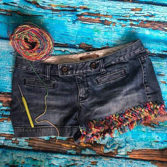 Prepare-se para a temporada de verão e festivais com estes DIY Upcycled Jean Shorts!  Com técnicas simples de crochê, você pode adicionar divertidas costuras e borlas à parte de baixo de shorts, saias ou calças.  Use um velho, usado em shorts, ou escolha s ...