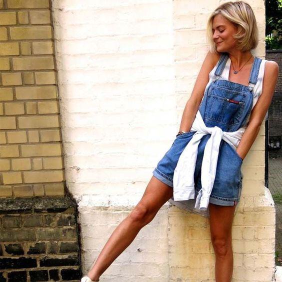 Look verão com jardineira jeans curta.
