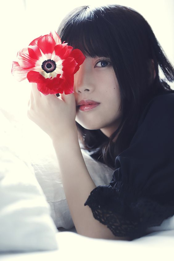 赤い花をもった上村莉菜