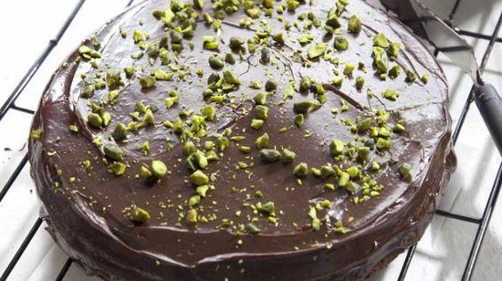 עוגת שוקולד מושלמת  גר') קמח רגיל 1/2 כוס דחוסה (60 גר') אבקת קקאו 1 כפית אבקת אפייה 1/4 כפית מלח 200 גר' חמאה רכה 1 כוס (200 גר') סוכר 1 כפית תמצית וניל אמיתית 4 ביצים 1 גביע (200 גר') שמנת חמוצה 15%