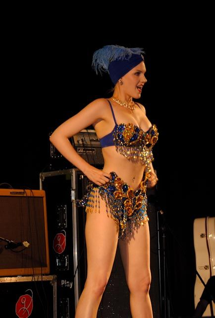 slinky sparkles burlesque show in high rockabilly calafell
